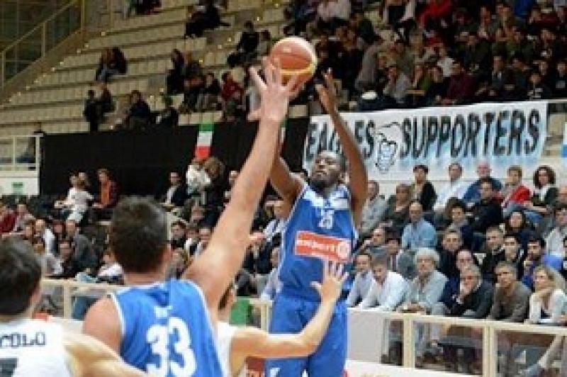 Basket: Weaver trascina Napoli, Trieste ko